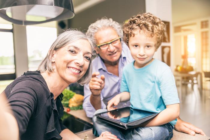 I nipoti aiutano i nonni a non dimenticare di prendere i farmaci